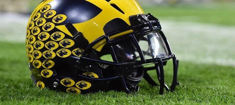 Helm sepak bola Michigan
